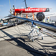 © María Muiña I MAPFRE: MAPFRE Shore crew and the Volvo boatyard stepping the new mast of MAPFRE in Lisbon.  El equipo de tierra y boatyard de Volvo pinchan el nuevo mástil del MAPFRE en Lisboa.