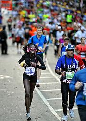 06-11-2011 ATLETIEK: NY ING  MARATHON: NEW YORK<br /> Vele lopers liepen de marathon in de mooiste outfit, atleten hardlopen, item atletiek, rose bril<br /> ©2011-FotoHoogendoorn.nl