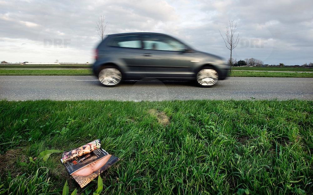 Nederland Zevenhuizen 16 november 2008 20081116 Foto: David Rozing ..Pornoblaadje in de berm langs de weg, waarschijnlijk uit het raam van een auto gegooid. Vervuiling van openbare ruimte/ omgeving..Foto David Rozing