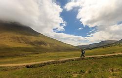 THEMENBILD - Wanderer auf den Weg zu den Fairy Pools, Glen Brittle, Isle of Skye, Schottland, aufgenommen am 12. Juni 2015 // Hikers on the way to the Fairy Pools, Glen Brittle, Scotland on 2015/06/12. EXPA Pictures © 2015, PhotoCredit: EXPA/ JFK