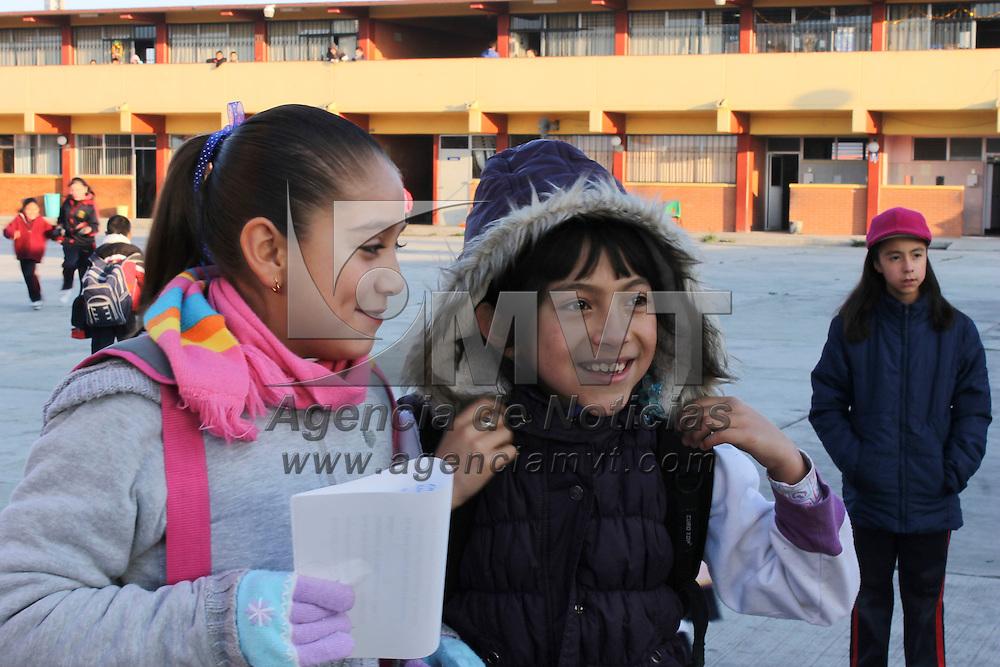 """Más de 4.4 millones de niños del nivel básico, regresan a clases después de las vacaciones decembrinas.<br /> La escuela secundaria """"Nueva Creación"""" y la escuela primaria """"Jean Piaget"""" ubicadas en el valle de toluca, reanudan labores, mientras que los niños regresan con trabajos escolares, bufandas y chamarras por las bajas temperaturas.<br /> Después de la entrada realizan honores a la bandera. Toluca, México.- Más de 4.4 millones de niños del nivel básico, regresan a clases después de las vacaciones decembrinas; La escuela secundaria """"Nueva Creación"""" y la escuela primaria """"Jean Piaget"""" ubicadas en el valle de toluca, reanudan labores, mientras que los niños regresan con trabajos escolares, bufandas y chamarras por las bajas temperaturas. Agencia MVT / Montserrat Peñaloza. (DIGITAL)"""