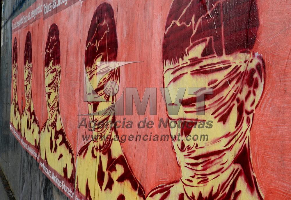 """Toluca, México.- En distintos puntos de Toluca fueron colocados de nueva cuenta carteles en donde se lee la frase """"Toluca es… Inseguridad"""", en meses pasados fue colocado uno de mayor tamaño en donde se reclama la inseguridad que se vive. Agencia MVT / Crisanta Espinosa"""