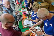 Nederland, Nijmegen, 13-7-2014Inschrijving voor de vierdaagse.Op de Wedren schrijven lopers zich in voor de tocht die dinsdag begint.30, 40 3n 50 km. 46.000 deelnemers hebben zich aangemeld. Ze krijgen een polsbandje met een barcode die de controle op het parcours makkelijker maakt.Foto: Flip Franssen/Hollandse Hoogte