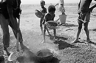 NIGER. Fariberi. 27/01/1987: Villagers participating in the rehabilitation of a well.