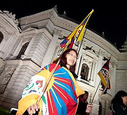 THEMENBILD -  Anlaesslich des Besuchs des Praesidenten der Volksrepublik China Hu Jintao mit Gattin Liu Yongqing protestierten am Abend des 31.10.2011 vor dem Burgtheater eine Hand voll Tibeter, im Bild Demonstrantin mit tibetischer Flagge umhuellt, EXPA Pictures © 2011, PhotoCredit: EXPA/ M. Gruber
