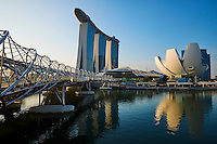 Singapour, Marina Bay, l'hotel Marina Bay Sands, le Musée des Arts et des Sciences en forme de fleur de lotus et le pont Helix//Singapore, Marina Bay, Marina Bay Sands hotel, the arts and Sciences Museum built like a lotus flower and the Helix Bridge
