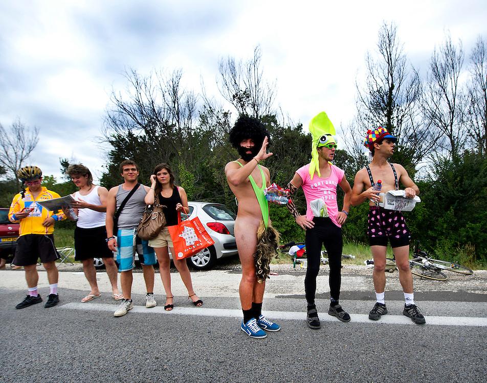 Frankrijk, Tour de France.<br /> Publiek in afwachting van de renners.<br /> Foto : Klaas Jan van der Weij