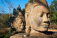 Asie du Sud Est, Cambodge, Province de Siem Reap, Angkor, complexe des temples de Angkor, Patrimoine Mondial de l'UNESCO en 1992, ancienne ville de Angkor Thom, la porte sud, route vers le temple Bayon, statue des geants soutenant le naga sacré //  Southeast Asia, Cambodia, Siem Reap Province, Angkor site, Unesco world heritage since 1992, Ancient city of Angkor Thom, South Entry Gate, Statue of Giants holding the sacred naga