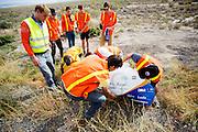 De VeloX4 met Christien Veelenturf is bij de start van de kwalificaties gevallen. Bij de tweede poging haalt ze 94,4 km/h. Het Human Power Team Delft en Amsterdam (HPT), dat bestaat uit studenten van de TU Delft en de VU Amsterdam, is in Amerika om te proberen het record snelfietsen te verbreken. Momenteel zijn zij recordhouder, in 2013 reed Sebastiaan Bowier 133,78 km/h in de VeloX3. In Battle Mountain (Nevada) wordt ieder jaar de World Human Powered Speed Challenge gehouden. Tijdens deze wedstrijd wordt geprobeerd zo hard mogelijk te fietsen op pure menskracht. Ze halen snelheden tot 133 km/h. De deelnemers bestaan zowel uit teams van universiteiten als uit hobbyisten. Met de gestroomlijnde fietsen willen ze laten zien wat mogelijk is met menskracht. De speciale ligfietsen kunnen gezien worden als de Formule 1 van het fietsen. De kennis die wordt opgedaan wordt ook gebruikt om duurzaam vervoer verder te ontwikkelen.<br /> <br /> The VeloX4 with Christien Veelenturf has crashed at the start of the qualifications. WIth her second attempt she rides 59.92 mph. The Human Power Team Delft and Amsterdam, a team by students of the TU Delft and the VU Amsterdam, is in America to set a new  world record speed cycling. I 2013 the team broke the record, Sebastiaan Bowier rode 133,78 km/h (83,13 mph) with the VeloX3. In Battle Mountain (Nevada) each year the World Human Powered Speed ??Challenge is held. During this race they try to ride on pure manpower as hard as possible. Speeds up to 133 km/h are reached. The participants consist of both teams from universities and from hobbyists. With the sleek bikes they want to show what is possible with human power. The special recumbent bicycles can be seen as the Formula 1 of the bicycle. The knowledge gained is also used to develop sustainable transport.