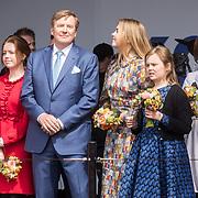 NLD/Amersfoort/20190427 - Koningsdag Amersfoort 2019, Koning Willem Alexander met Amalia en Alexia  en Ariane
