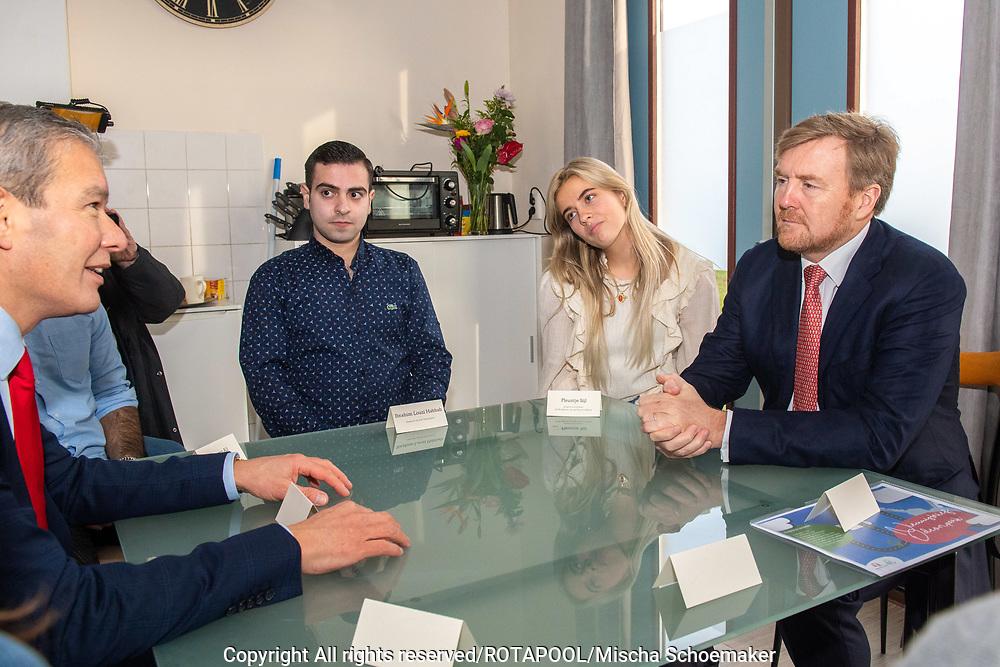 ALMERE - Koning Willem Alexander tijdens een werkbezoek aan Academie van de Stad in Almere. Academie van de Stad zet zich in voor leefbare steden met actieve bewoners.