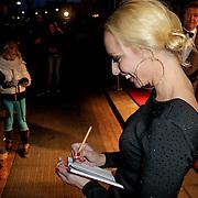 NLD/Hoofddorp/20120320 - Lancering Video on Demand, Rene Mioch deelt handtekeningen uit