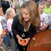 NLD/Amstelveen/20060518 - Bus van  het nieuwe SBS6 programma Hart voor Oranje, Rebecca Loos