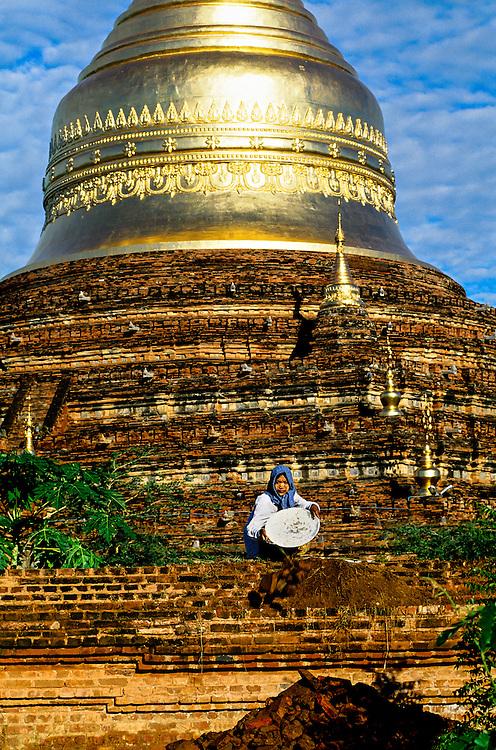 Women working on the Dhammakazika Pagoda, Bagan (Pagan), Burma (Myanmar)