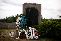 Jedwabne, woj podlaskie, 10.07.2020. Obchody 79. rocznicy mordu na Zydach w Jedwabnem . W tym roku, z powodu pandemii koronawirusa, nie bylo oficjalnej uroczystosci. Przedstawiciele Zarzadu Gminy Wyznaniowej Zydowskiej w Warszawie i Czlonkowie Gminy oraz Naczelny Rabin Polski modlili sie indywidualnie za ofiary zbrodni, byla tez przeprowadzona transmisja online. 10 lipca 1941 roku z rak polskich sasiadow zginelo co najmniej 340 osob narodowosci zydowskiej , ktore zostaly zywcem spalone w stodole . W 2001 r zostal odsloniety pomnik , przy ktorym co roku odbywaja sie uroczystosci upamietniajace te zbrodnie. fot Michal Kosc / AGENCJA WSCHOD