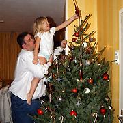 Edwin en Diana Janssen plaatsen de piek op de kerstboom