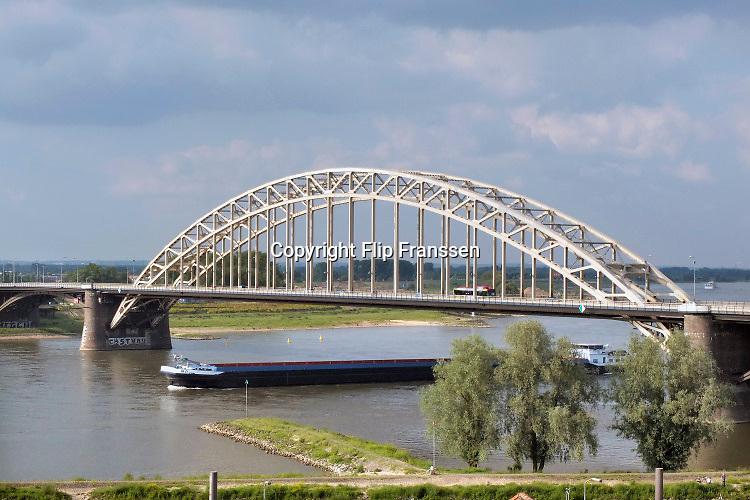 Nederland, Nijmegen, Waal, 1-6-2018 Waalbrug bij Nijmegen . Waal en Rijn. De oude brug zal binnenkort een grondige renovatie ondergaan die lang uitgesteld is vanwege de vondst van giftige verf met chroom6 component op het staal. Foto: Flip Franssen