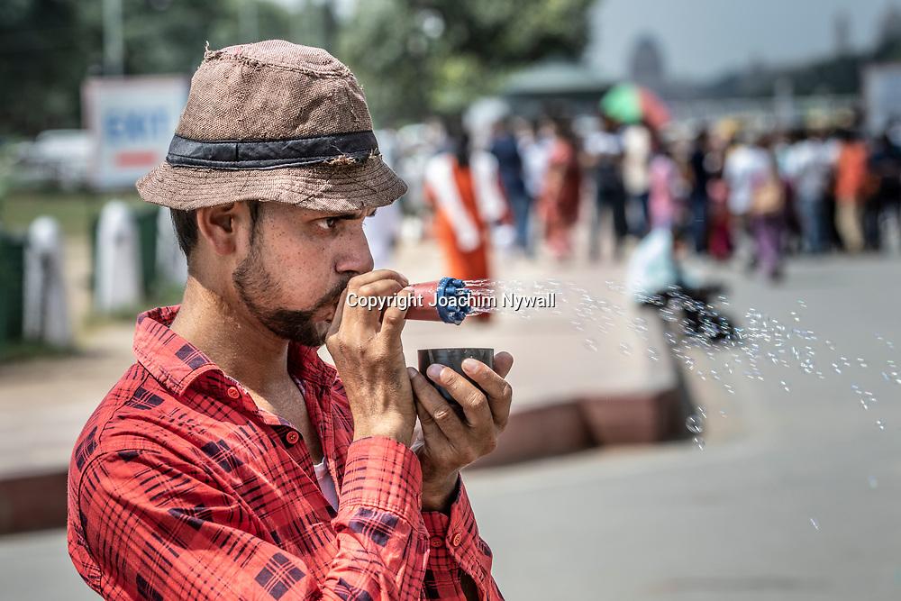 2019 09 26 Delhi India<br /> India gate<br /> Man som säljer såpbubblor<br /> <br /> <br /> ----<br /> FOTO : JOACHIM NYWALL KOD 0708840825_1<br /> COPYRIGHT JOACHIM NYWALL<br /> <br /> ***BETALBILD***<br /> Redovisas till <br /> NYWALL MEDIA AB<br /> Strandgatan 30<br /> 461 31 Trollhättan<br /> Prislista enl BLF , om inget annat avtalas.