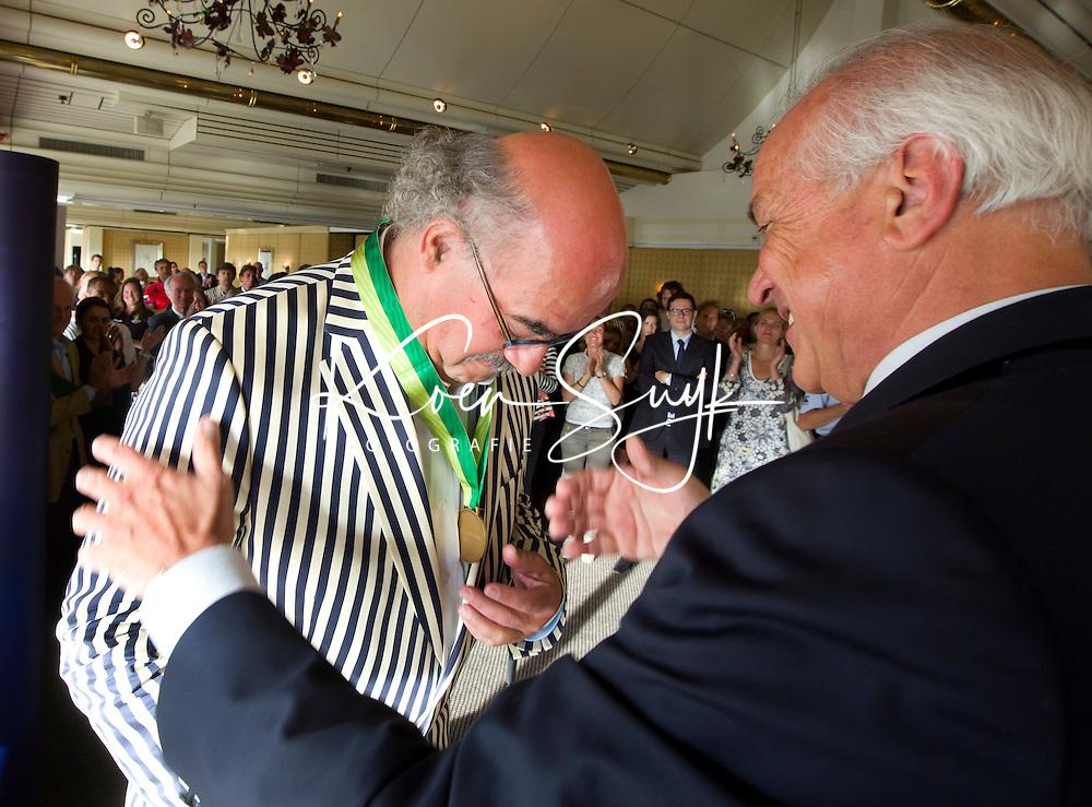 DEN HAAG (Scheveningen) - Johan Wakkie, directeur KNHB ontvangt de Order of Merit van de FIH uit handen van Leandro Negre. . COPYRIGHT KOEN SUYK