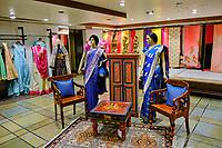 Inde, Delhi, New Delhi, boutique de sari sur Connaught place dans le centre ville // India, Delhi, New Delhi, sari shop in Connaught place