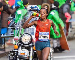 NYC Marathon, Jemima Sumgong takes water passed mile 22