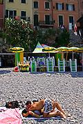 ITALY, Liguria, Camogli: innamorati sulla spiaggia.....Italy, Liguria, Camogli: lovers on the beach.