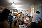 Elettori al seggio del quartiere Lesnoi Massiv, periferia orientale di kiev.