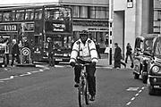 Londyn,2009-10-23. Londyńska ulica - policjant na rowerze przed Katedrą św. Pawła
