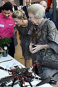 Prinses Beatrix en Prinses Mabel bij de uitreiking van De Prins Friso Ingenieursprijs 2016 in hogeschool InHolland in Delft, de stad waar prins Friso lucht-en ruimtevaarttechniek <br /> <br /> Princess Beatrix and Princess Mabel at the presentation of Prince Friso Engineers Price 2016 college InHolland in Delft, the city where Prince Friso aerospace engineering<br /> <br /> Op de foto / On the photo:  Prinses Mabel en Prinses Beatrix krijgen uitleg van studenten /// Princess Mabel and Princess Beatrix get explanations from students