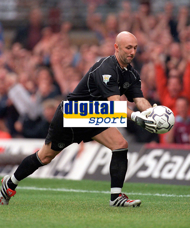 Fabien Barthez (Man Utd) grabs the ball after Paolo Di Canio's penalty to prevent the game restarting quickly. West Ham United v Manchester United, FA Premiership, 26/08/2000. Credit: Colorsport / Matthew Impey.