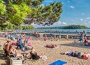 Mrągowo 2019-08-13. Letni wypoczynek na plaży miejskiej w Mrągowie mieście w województwie warmińsko-mazurskim, popularnym ośrodku wypoczynkowym na Mazurach.