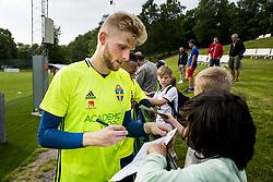 June 6, 2017 - Helsingborg, SVERIGE - 170606 MÃ¥lvakt Anton Cajtoft skriver autografer efter en träning med U21-landslaget i fotboll den 6 juni 2017 i Helsingborg  (Credit Image: © Ludvig Thunman/Bildbyran via ZUMA Wire)
