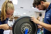 Teamleden werken aan het wiel van de VeloX. Het Human Power Team Delft en Amsterdam, dat bestaat uit studenten van de TU Delft en de VU Amsterdam, is in Amerika om tijdens de World Human Powered Speed Challenge in Nevada een poging te doen het wereldrecord snelfietsen voor vrouwen te verbreken met de VeloX 9, een gestroomlijnde ligfiets. Het record is met 121,81 km/h sinds 2010 in handen van de Francaise Barbara Buatois. De Canadees Todd Reichert is de snelste man met 144,17 km/h sinds 2016.<br /> <br /> With the VeloX 9, a special recumbent bike, the Human Power Team Delft and Amsterdam, consisting of students of the TU Delft and the VU Amsterdam, wants to set a new woman's world record cycling in September at the World Human Powered Speed Challenge in Nevada. The current speed record is 121,81 km/h, set in 2010 by Barbara Buatois. The fastest man is Todd Reichert with 144,17 km/h.