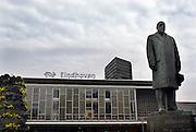 Nederland, Eindhoven, 24-3-2005..Het standbeeld van Anton Philips voor het station van de stad Eindhoven..Foto: Flip Franssen/Hollandse Hoogte