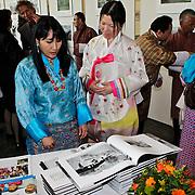 NLD/Laren/20100508 - Koningin Tshering Pem Wangchuck van Bhutan bezoekt Laren, bekijkt de expositie met fotografe Justine Han