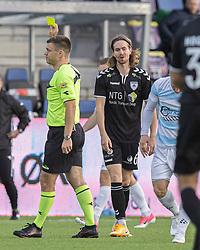 Sebastian Sommer (Kolding IF) får en advarsel af dommer Jesper Nielsen under kampen i 1. Division mellem FC Helsingør og Kolding IF den 24. oktober 2020 på Helsingør Stadion (Foto: Claus Birch).