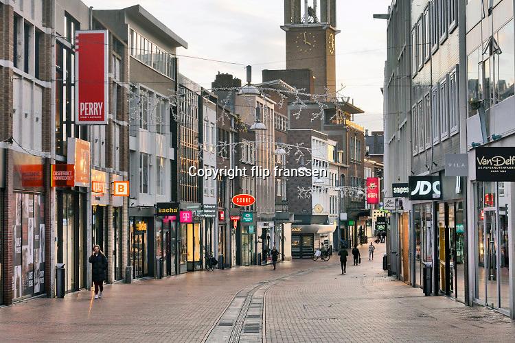 Nederland, Nijmegen, 17-12-2020 Lockdown in Nederland. De niet essentiele winkels zijn dicht. Kerstversiering hangt in de straten.Het is stil en leeg in de stad. Foto: ANP/ Hollandse Hoogte/ Flip Franssen