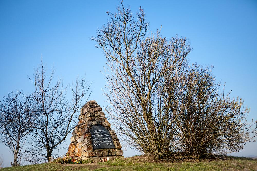 Der Weiße Berg (tschechisch Bíla hora). Hier fand am 8. November 1620 die erste entscheidende Schlacht des Dreißigjährigen Krieges, die Schlacht am Weißen Berg, statt. Am Ort der Schlacht wurde eine Kapelle und 1704 bis 1714 eine barocke Marienkirche errichtet.