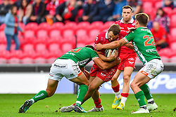 Paul Asquith of Scarlets is tackled by Tommaso Allan and Antonio Rizzi of Benetton Treviso<br /> <br /> Photographer Craig Thomas/Replay Images<br /> <br /> Guinness PRO14 Round 3 - Scarlets v Benetton Treviso - Saturday 15th September 2018 - Parc Y Scarlets - Llanelli<br /> <br /> World Copyright © Replay Images . All rights reserved. info@replayimages.co.uk - http://replayimages.co.uk