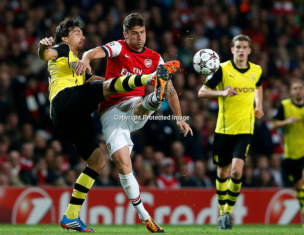 epa03919882 Olivier Giroud of Arsenal (C) vies for the ball with Neven Subotic of Borussia Dortmund (L) during the UEFA Champions League match between Arsenal London and Borussia Dortmund in London, Britain, 22 October 2013.  EPA/KERIM OKTEN