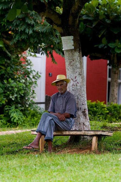 Santos Dumont_MG, Brasil...Idoso sentado debaixo de uma arvore em Santos Dumont, Minas Gerais...The erdely sitting under a tree in Santos Dumont, Minas Gerais...Foto: LEO DRUMOND / NITRO.