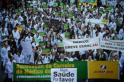 Médicos e estudantes de medicina realizam manifestação em Porto Alegre (RS), nesta terça, 16 de julho, em adesão à mobilização nacional contra o plano do governo federal de trazer profissionais estrangeiros ao Brasil para trabalhar com atenção básica à saúde em cidades do interior. FOTO: Jefferson Bernardes/Preview.com