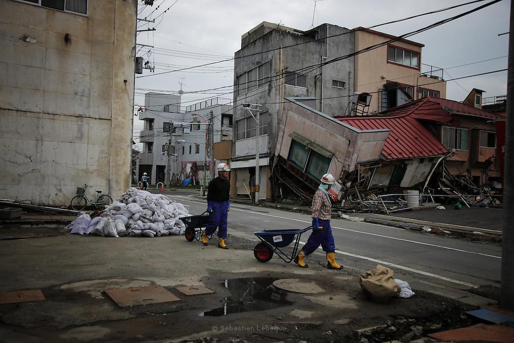 Le nettoyage des rue et des canivaux se poursuit à main d'oeuvre par la population et les volontaires. Les engins ont dégagé le plus gros, mais il reste beaucoup à faire.