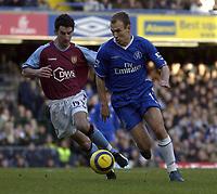 Fotball<br /> Premier League England 2004/2005<br /> Foto: SBI/Digitalsport<br /> NORWAY ONLY<br /> <br /> Chelsea v Aston Villa <br /> Barclays Premiership<br /> 26.12.2004<br /> <br /> Arjen Robben of Chelsea tries to give Villa's Liam Ridgewell the slip.