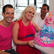NLD/Amsterdam/20080803 - Babyshower voor Bridget Maasland, Pepijn en Bridget Maasland met hun babytaart