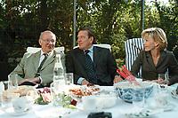 25 AUG 1999, BERLIN/GERMANY:<br /> Walter Momper, SPD Spitzenkandidat, und Gerhard Schröder, SPD, Bundeskanzler, und Ehefrau Doris Schröder, gemeinsam im Garten der Mompers bei Kartoffelsalat und Buletten, Kaffee und Kuchen<br /> IMAGE: 19990825-01/03-20<br /> KEYWORDS: Gerhard Schroeder, Doris Schroeder