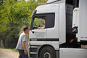 Nedereland, Ubbergen, 29-4-2010Een vrouwlijke vrachtwagenchauffeur gaat laden bij waterkerskwekerij de Klispoel.Foto: Flip Franssen/Hollandse Hoogte