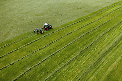 THEMENBILD - ein Landwirt mit seinem Traktor und Heuwender auf einer Wiese, aufgenommen am 17. Mai 2019 in Piesendorf, Oesterreich // a farmer work with his tractor and Hay tedder on a meadow in Piesendorf, Austria on 2019/05/17. EXPA Pictures © 2019, PhotoCredit: EXPA/ JFK