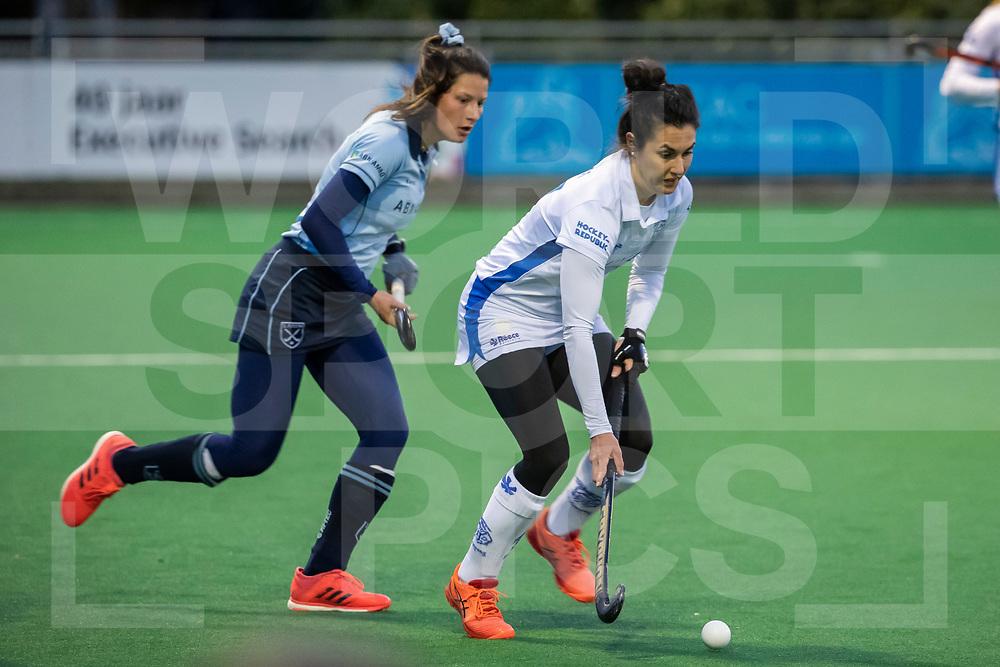 Laren, Hoofdklasse Hockey Dames, Seizoen 2020-2021, 15-04-2021, Laren - Kampong 2-1, Chiara Tiddi (Kampong) en Bente van der Veldt (Laren)<br /><br /> COPYRIGHT WORLDSPORTPICS WILLEM VERNES