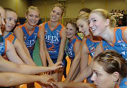 08-10-2006 VOLLEYBAL: SUPERCUP DELA MARTINUS - PLANTINA LONGA: DOETINCHEM<br /> Martinus wint vrij eenvoudig met 3-0 van Longa en pakt de Supercup / Manon Flier, Debby Stam, Janneke van Tienen,  Riette Fledderus, Susan van de Heuvel, Caroline Wensink en Carlijn Jans <br /> ©2006: WWW.FOTOHOOGENDOORN.NL